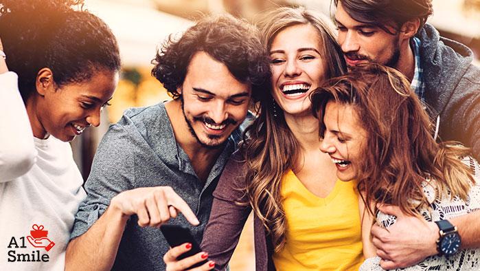 Eine Gruppe von lächelnden Menschen