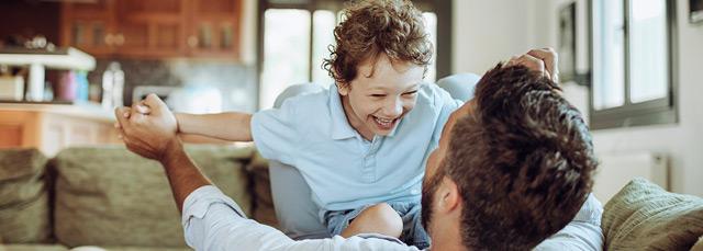 Kind mit Vater auf Couch