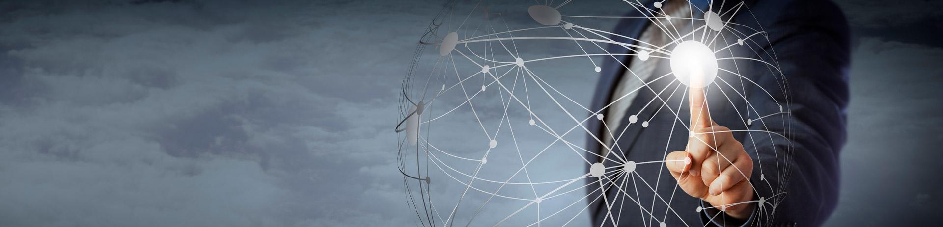 Mann bedient virtuelle Cloud-Computing Oberfläche