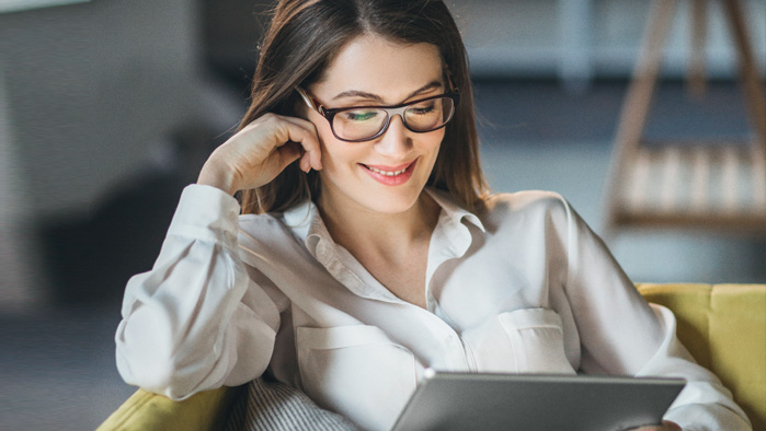 Angestellte arbeitet von zu Hause aus auf ihrem Tablet