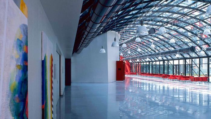 Teil der großen Eingangshalle des A1 Gebäudes mit Blick auf den großen Saal