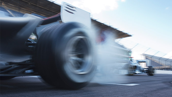 Rennauto, das mit qualmenden Reifen losfährt (Getty Images)