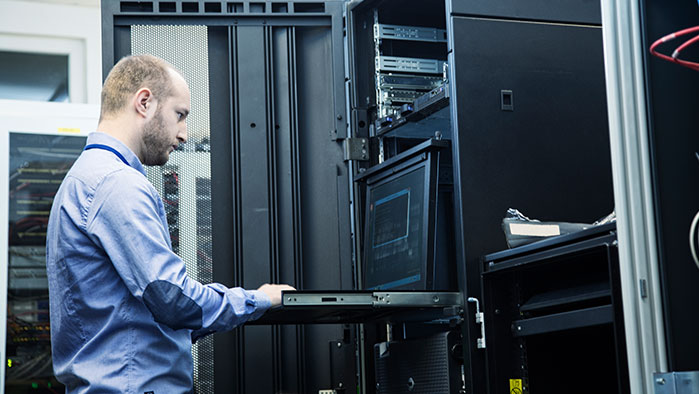 Administrator arbeitet direkt am Server im 19-Zoll-Rack