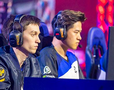 Zwei eSportler am PC
