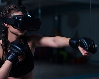 Frau mit Virtual Reality Brille macht Sport