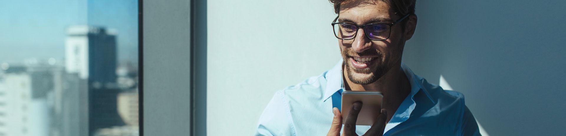 Mann bedient in Büro Smartphone