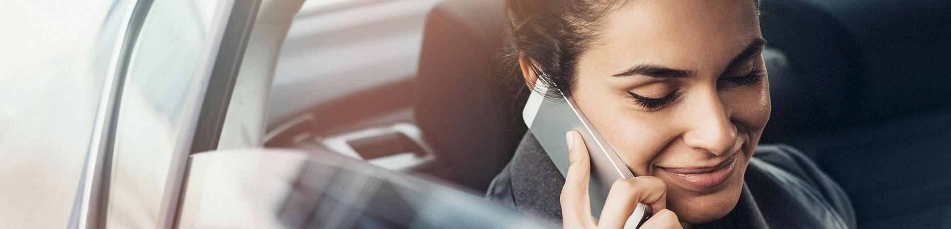 Geschäftsfrau, die mit ihrem Smartphone telefoniert