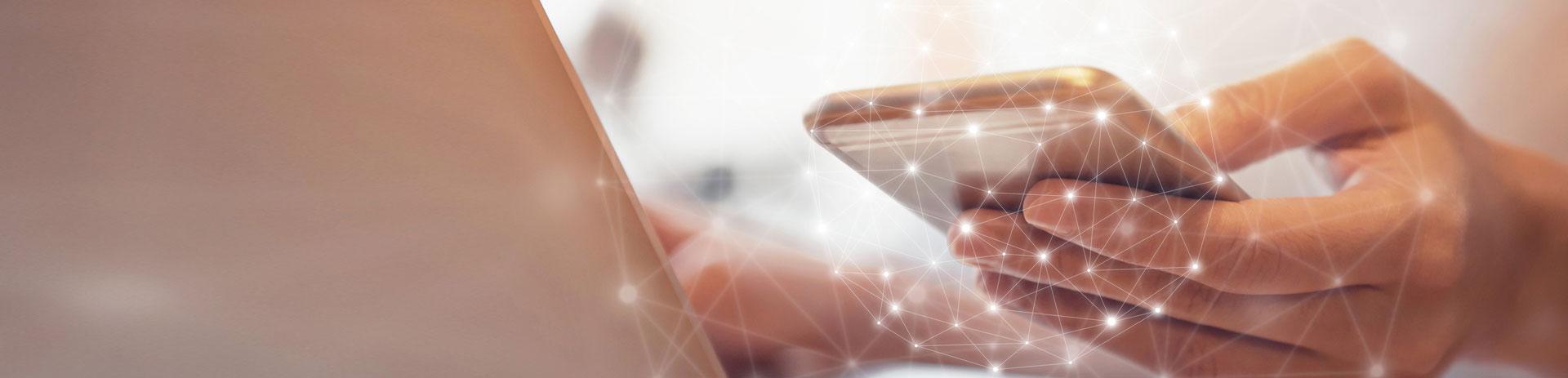 Mobiltelefon umgeben von vernetzten Punkten symbolisiert die ganzheitlichen, branchenspezifischen Software-, Internet und Telekommunikationslösungen, die für jede Branche das richtige Produktpaket bieten.