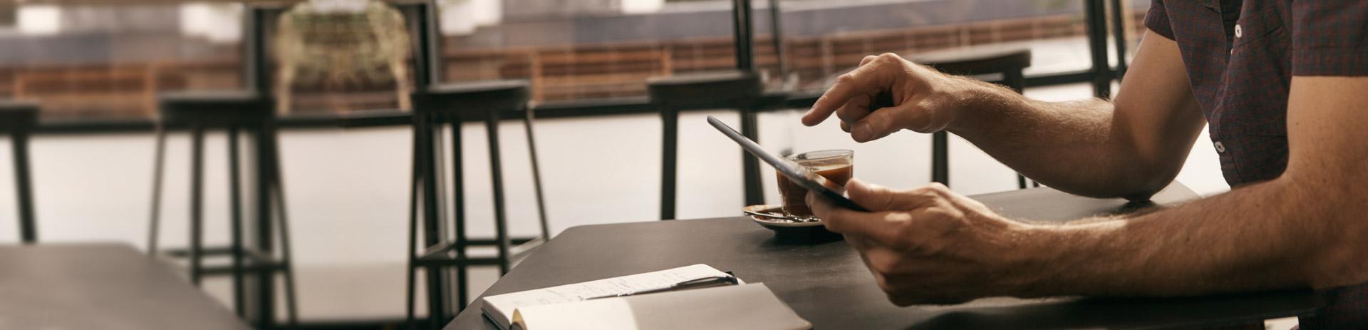 Mann verwendet Tablet