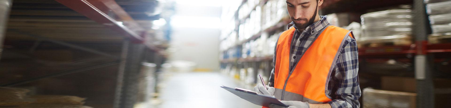 Mitarbeiter kontrolliert die Wareneingaenge, er ist perfekt organisiert und immer erreichbar durch die Kommunikationsloeasungen von A1.