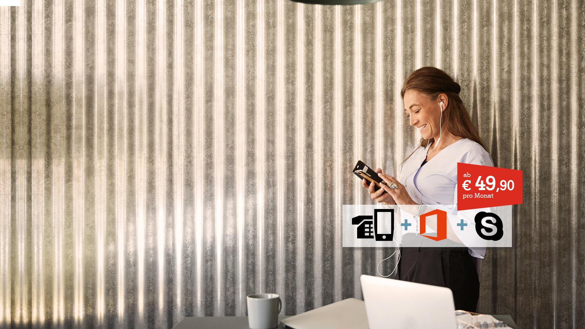 Frau mit Smartphone vor Wellblechwand