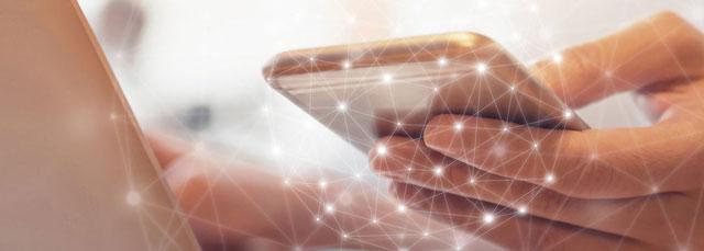 Handy umgeben von einem Netzwerk - symbolisiert das ganzheitliche, branchenspezfifische Angebot