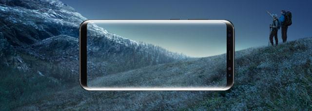 Umriss eines Samsung Galaxy S8+ vor Wanderweg