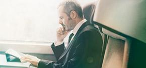nachdenkender mann im Zug