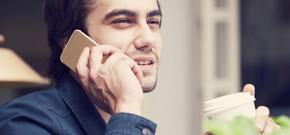 Mann telefoniert mit seinem Handy mittels A1 Go! Business Mobiltelefonie-Tarif speziell für Unternehmen.