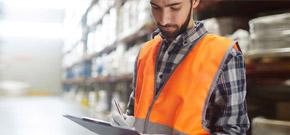 Mitarbeiter kontrolliert Wareneingang und symbolisiert die Effizienzsteigerung durch SaaS und Telekommunikationsloesungen von A1 für die Branche Transport und Logistik.