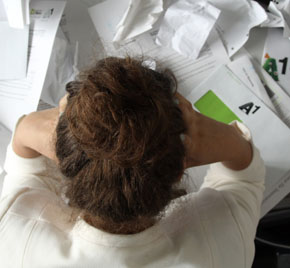 Person, die am Schreibtisch sitzt