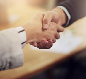 Handschlag zwischen Mann und Frau
