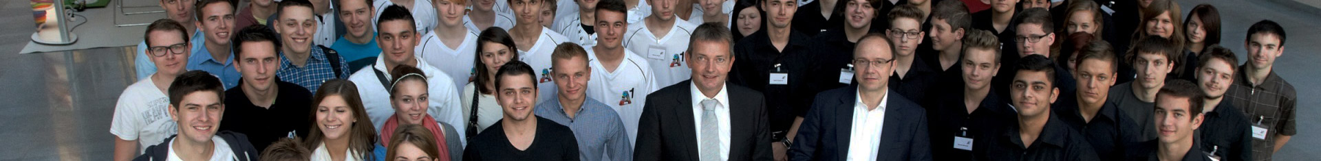 kleiner Bildausschnitt einer großen Gruppe aus Lehrlingen und Trainees; im Vordergrund stehen Marcus Grausam und Alexander Sperl