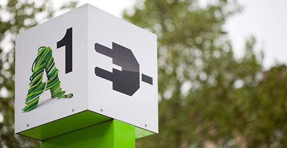 weißes Quadrat auf einer A1 Stromtankstelle; auf einer Seite sieht man das A1 Logo auf der zweiten Seite sieht man einen schwarzen Stromstecker