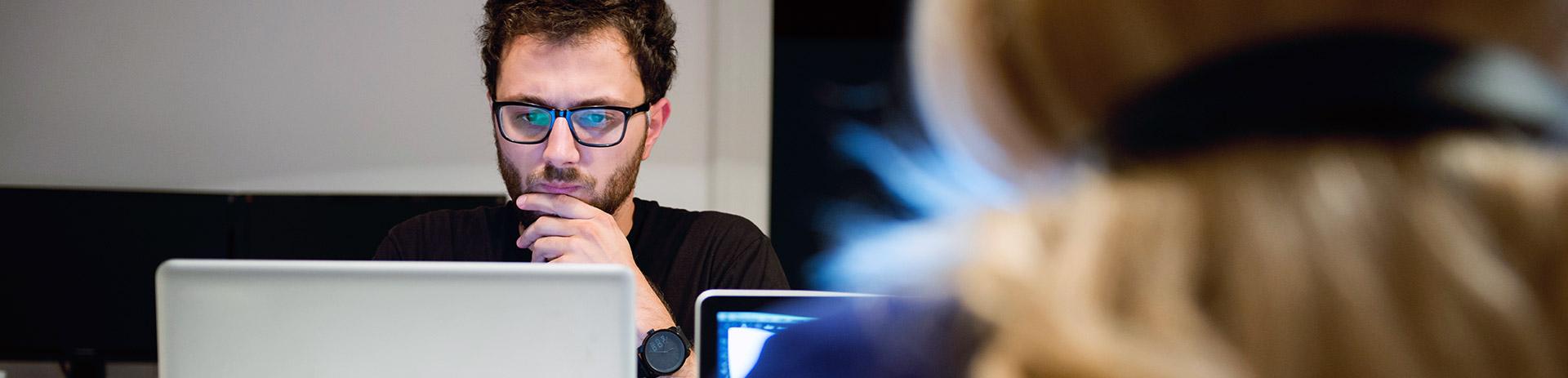Unternehmer, der konzentriert am Laptop arbeitet