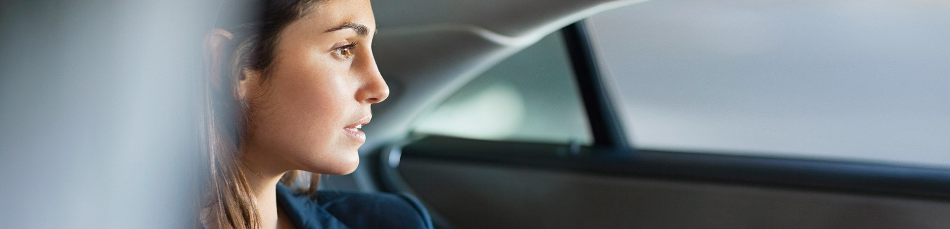 dunkelhaarige Frau in einem Auto