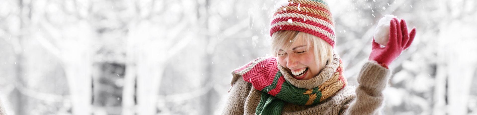 Schneeballwerfende junge Frau