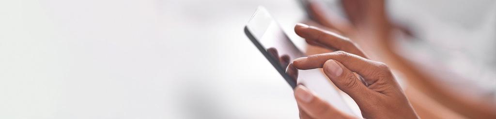 man sieht eine Hand, die auf einem Tablet navigiert