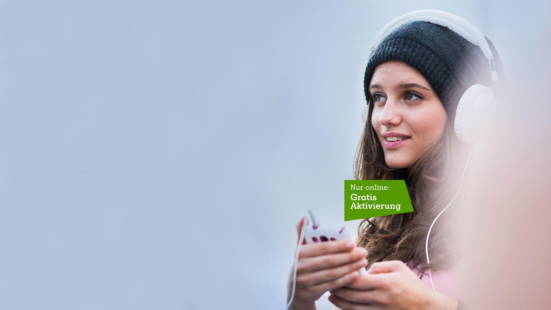 Junge Frau mit Smartphone und Kopfhörern