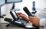 Bildauschnitt der Hände eines Geschäftsmannes, die ein Telefon bedienen