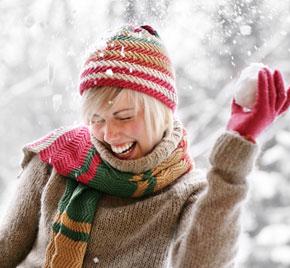 Schneeballwerfende, junge Dame